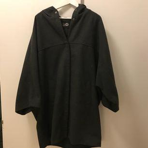 Supermysig kappa från Cheap Monday, snyggt oversize, passar storlek M och uppåt