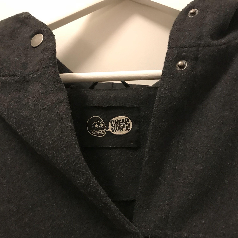 Supermysig kappa från Cheap Monday, snyggt oversize, passar storlek M och uppåt. Jackor.
