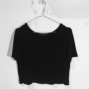 Svart ribbad kort T-shirt från Brandy Melville. Onesize.