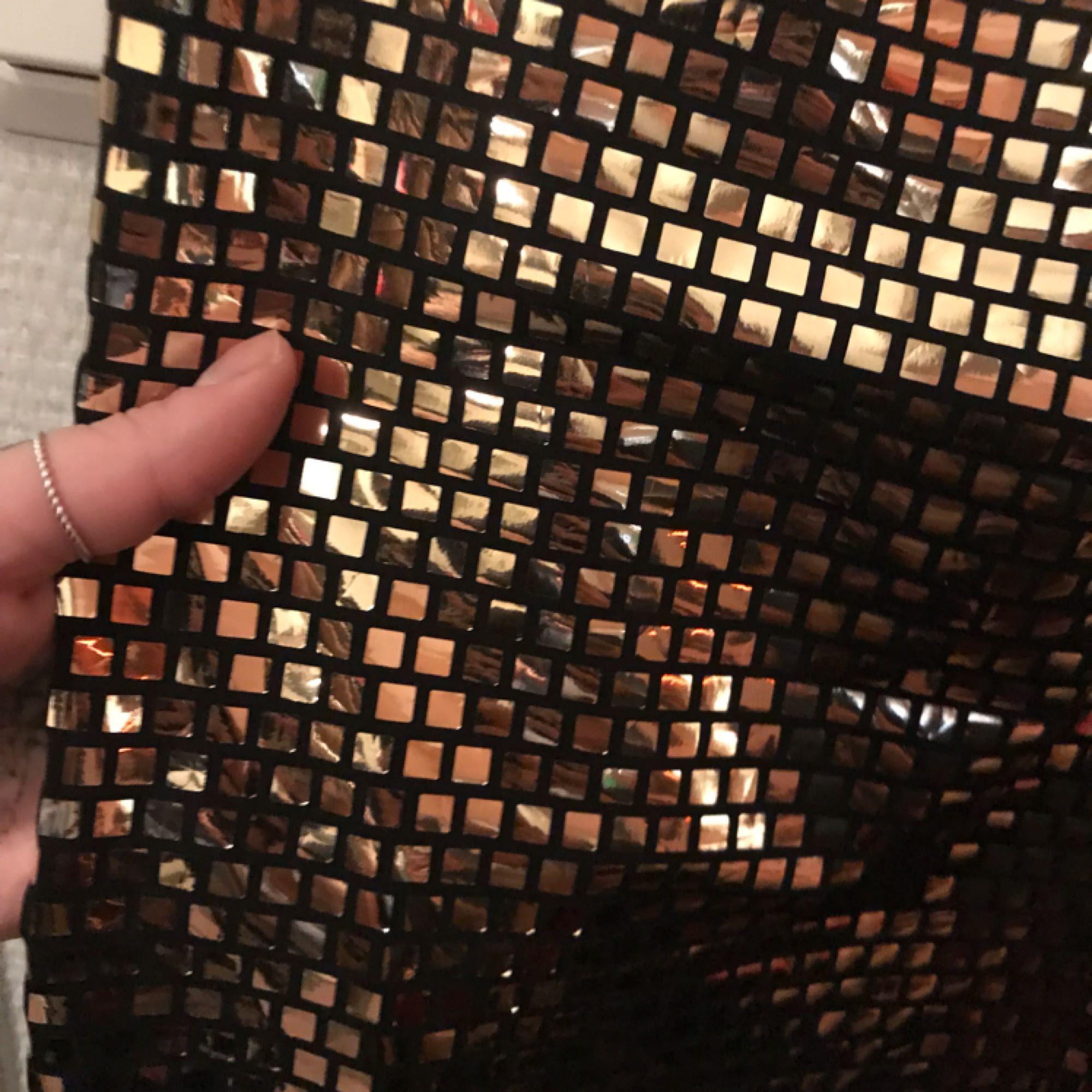 ... Glittrig klänning med svart bas. Supersnygg!  ) den är mellan lång i  passar 8a408a152c6f9