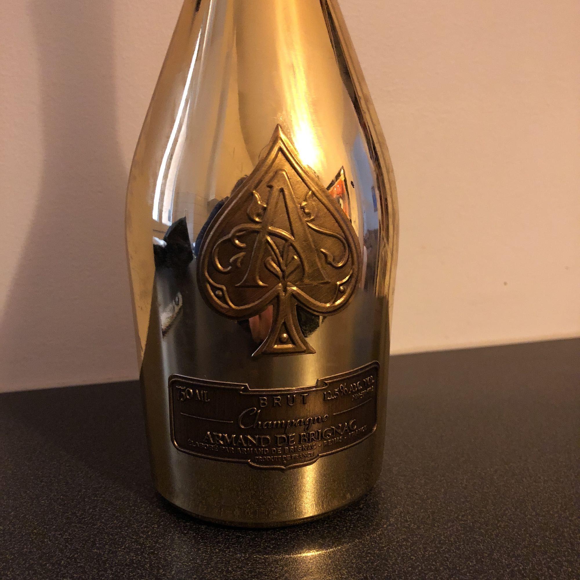 Ace of spades Armand de Brignac Champagne flaska i guld med kork och case. Allt utom asken. . Övrigt.
