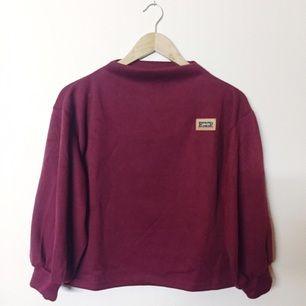 Oanvänd tjocktröja i one size. Skönt material och fin vinröd färg. Köparen står för frakt, kan mötas upp i Uppsala.