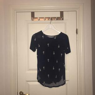 En T-shirt från Gina Tricot med en liten slits på varje sida! Pris kan diskuteras