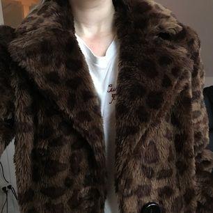 Mysig leopardmönstrad faux fur coat köpt på second hand. Har endast blivit använd ca 2 gånger av mig och är i fint skick. Står ingen storlek i men skulle säga att den passar som en S. Kan frakta men ser helst att köparen kan mötas upp i Stockholm 🌹