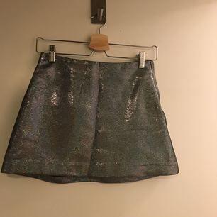 Glittrig/metallic kort kjol från &other stories. Inhandlad 2016. Knappt använd. Perfekt för nyår!