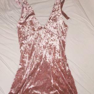 Supersnygg rosa sammetsklänning med lika urringning fram och bak. Jag är 170 cm och på mig går den lite kortare än knäna.