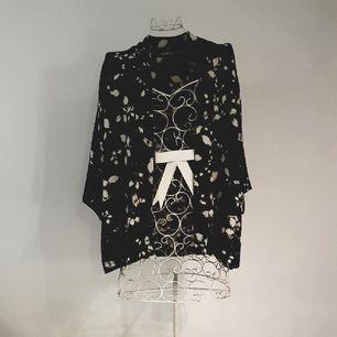 Jättefin kimono som är strl XS/S men är mer onesize och passar upp till L.