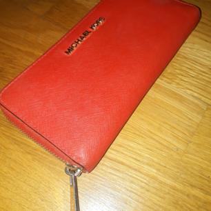 Michael Kors plånbok, färg röd (korallröd). B ra skick.