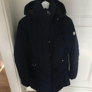 Nyskick använd en halvt vinter. Mörkblå väldigt varm på kalla vinterdagar. Dun i vilket håller värmen bra. Från märket Snoot köptes på Best of brand i Göteborg.