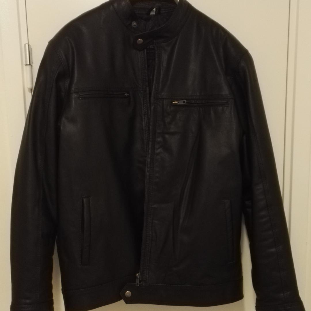 Säljer en svart läderjacka från Wilsons, storlek 50. Nästan helt oanvänd. Finns i Stockholm. Kostar 600 dollar ny.. Jackor.