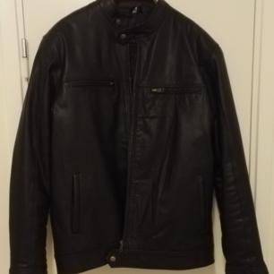 Säljer en svart läderjacka från Wilsons, storlek 50. Nästan helt oanvänd. Finns i Stockholm. Kostar 600 dollar ny.