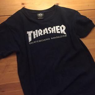 Äkta Thrasher t-shirt, köpt i skate butik i USA för ca 5 månader sedan! Sparsamt använd