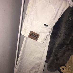 Vita bootcut lee jeans, köpta i London, aldrig använda. Nypris 1200kr