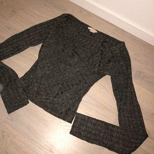 Jätte fin tröja från H&M trend. Använd max 5 gånger. Grå, omlott framtill. Nypris: 399:-