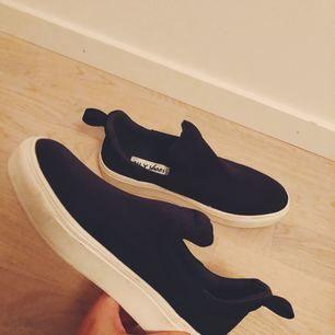 """Sneakers från Nelly. Aldrig använda endast testade. Aldrig kommit till användning, men väldigt fina. Lite """"platå"""". Marinblå."""