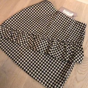 Helt ny kjol. Aldrig använd. Säljes pga på gränsen till för liten till mig.