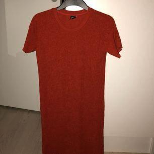 Helt ny t-shirtklänning. Aldrig använd. Så fint strukturerat tyg.