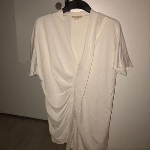 Egentligen en längre oversize top, men har använt som klänning. Från H&M trend. Naturvit.