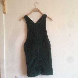Grön hängselklänning. Köparen står för frakt. Kan mötas i Stockholm. Annars åker den till myrorna🌸