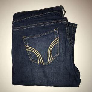 Jeans köpa från Hollister, jättefin färg. Väldigt mjuka i modellen & passar en S/M. Waist: 27, Leigh: 31.   Frakt tillkommer på 40kr.