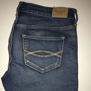 Jeans köpa från Abercrombie & Fitch i vanlig jeansfärg. Waist: 27, Length: 29.   Frakt tillkommer ☠️🌹