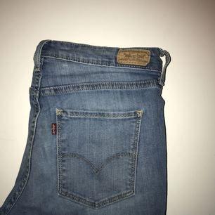 Jeans köpte från Levis i ljusare jeansfärg. Väldigt mjukt och stretchigt material utan att de känns för lösa.   Frakt tillkommer 🌹☠️