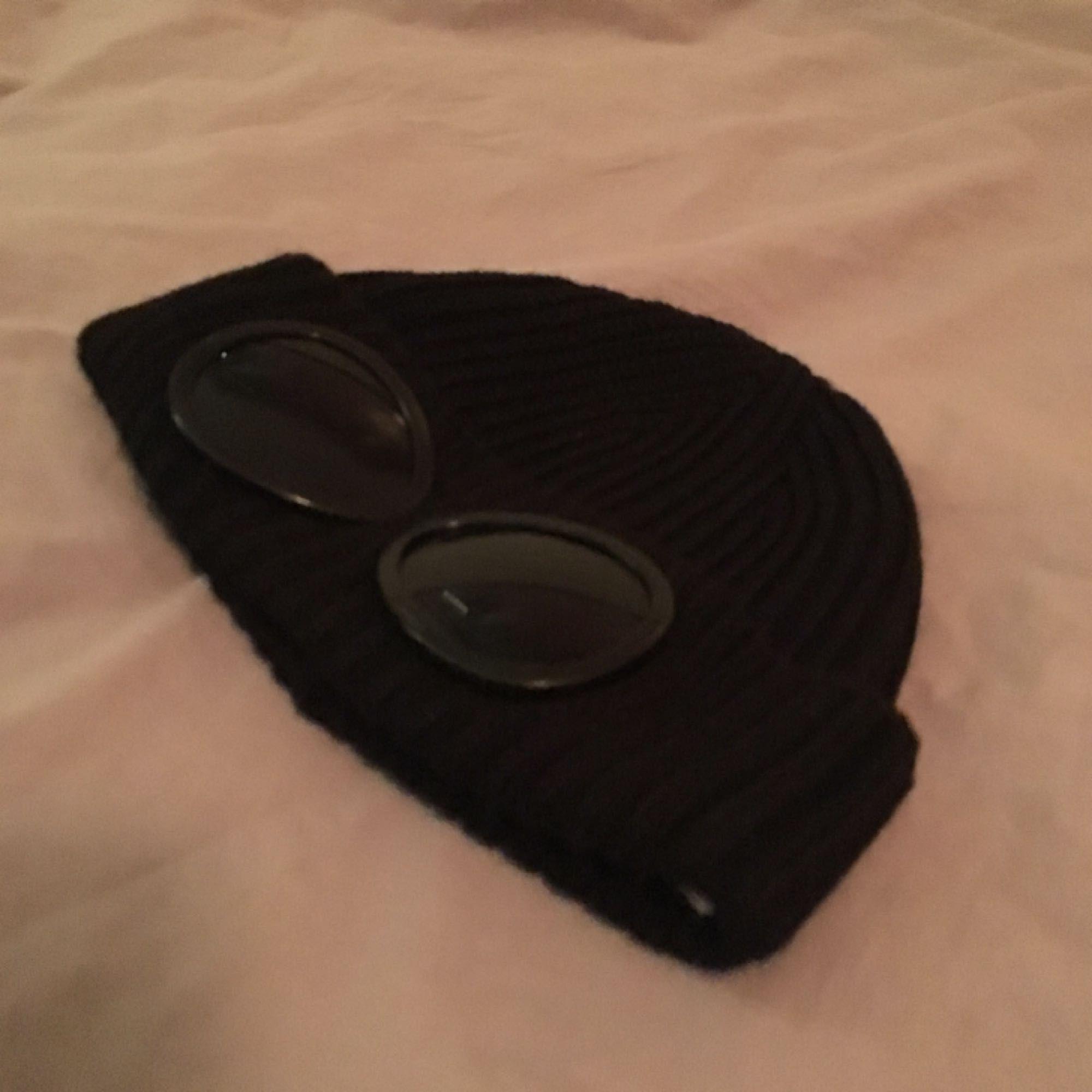 Tuff CP Company mössa med inbyggda goggles! Köpt för 1100 och bara använts en gång så den är i nyskick! :) kan mötas upp i Sthlm eller skickas mot att köparen betalar frakt!. Accessoarer.