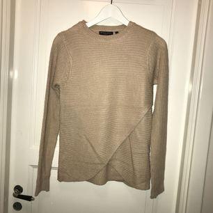 En fin stickad tröja i färgen beige. Aldrig använd då jag har en exakt likadan i grå. Väldigt varm och gosig att ha på vinter, fin detalj ner till även.  Storlek xs Nypris 100kr