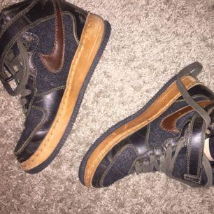 Riktigt coola oldschool nike sneakers! Svider i mitt sko hjärta att sälja dessa men använder dom aldrig dom står bara och ser coola ut! Snyggt slitna och riktigt bekväma! Även varma till vintern!