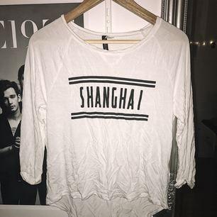 """Vit tröja med text """"Shanghai"""" som är i jättemysigt material! Har tyvärr inte använt den så mycket på senaste tiden."""