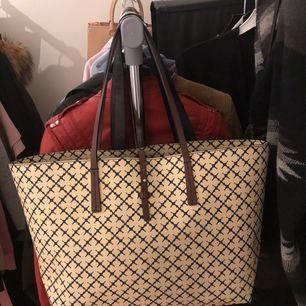 Endast använd 4 ggr! Absolut nyskick, inga skavanker, hel och ren! Köpt på Wakakuu för 2300kr. Jättefin väska som förtjänar komma mer till användning. Stor och rymlig, perfekt till skola eller resa. Detaljer i läder.