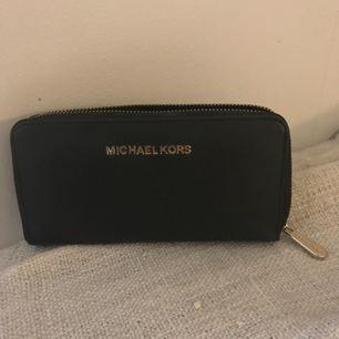 Otroligt fin & rimlig Micheal Kors AA kopia (plånbok). Jättebra kvalité o knappt använd. Köpare står för frakt!
