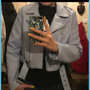 Skinnjacka i blått från Zara. I mycket bra skick. Ganska liten i storleken