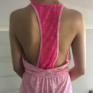 Pyjamas med rosa spets och tyg med rosa fjärilar, tycker den är jättefin men använder aldrig den är i bra skick swish går bra köpare står för frakten
