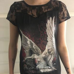 Svart T-shirt med spets aldrig använd men den är i bra skick swish går bra köpare står för frakt