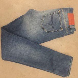 Jätte snygga jeans från Tiger. Normal midja smala ben.