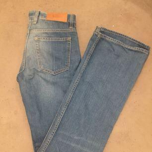 Snygga acne jeans i nästintill nyskick. Utsvängd i modellen.