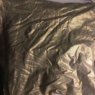 Guldglittrande bandeau top fin till fest, aldrig använd därmed bra skick, swish går bra köpare står för frakten