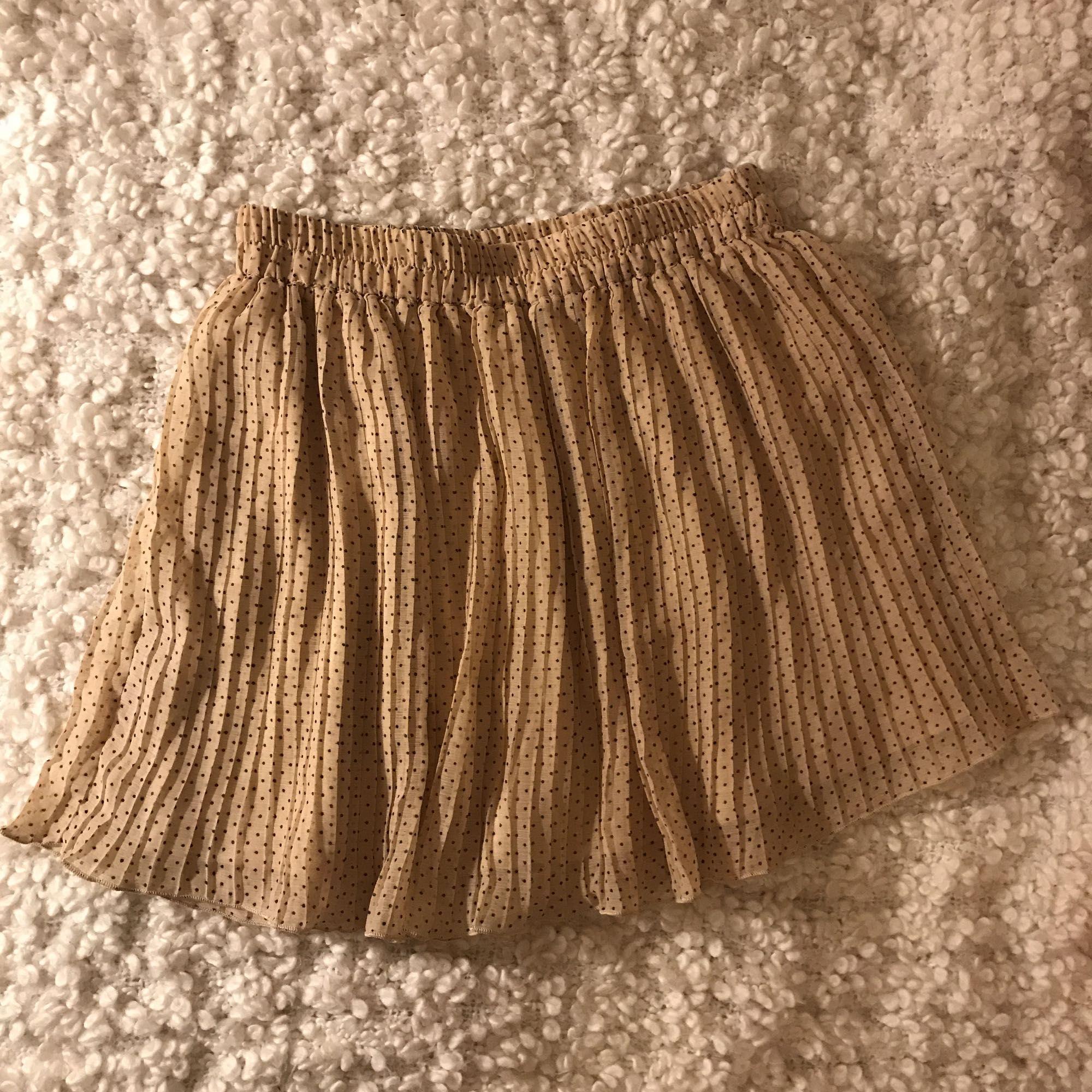 68d9dfffc7e8 Ljusrosa plisserad kjol med små prickar från monki. Säljes för 50kr plus  frakt 🌸.