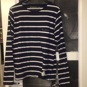 Oanvänd mörkblå bondelid tröja