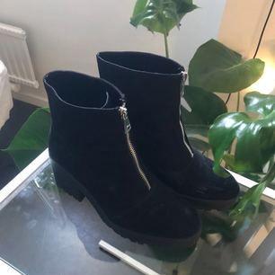 Superheta skor i svart mockaliknanse tyg 69bacda9b674d
