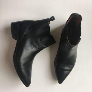 Väldigt fina skor från & other stories i storlek 38.  Köpte de vid årskiftet och de är bara lite använda, då de kändes lite små för mig.