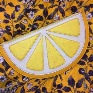 Monki väska i form av en citronklyfta! 🍋 34x18 cm