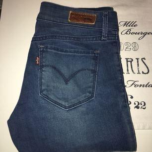Säljer dessa Levis jeans!  Bra skick utan hål eller fläckar!