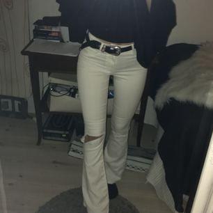 Säljer dessa vita bootcut jeans! Strl Xs, dem e väldigt stretchig! Använda 2ggr så dem är i Bra skick utan fläckar och hål! Bra längd på mig som är 167cm lång!😊