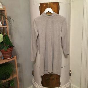 Jättefin gråglittrig klänning från weekday a-linjeformad. Fläcken på bild 3 är ingen fläck utan nån slitning i tyget. Därav det låga priset