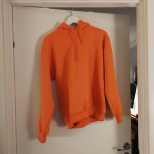 Nice, mysig, orange hoodie jag köpte här men inte använt så säljer vidare:) den är från urban outfitters:) frakt ingår i priset!