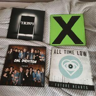 Ed Sheeran - X, 180kr SÅLD. The 1975 - The 1975, 150kr SÅLD. One Direction - Four, 150kr. All Time Low - Future Hearts, 100kr. Knappt använda, perfekt skikt!
