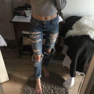 Säljer dessa jeans med hål i! Dem är från Gina och dem är knappt använd så dem är i bra skick 😊