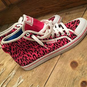 Oanvända Adidas skor, leopardmönstrade rosa väldigt snygga men inte min stil då jag inte gillar rosa bra skick. Swish går bra köpare står för frakt
